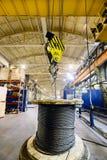 Ο γερανός γεφυρών ανυψώνει μια σπείρα με το σχοινί χάλυβα Στοκ εικόνες με δικαίωμα ελεύθερης χρήσης