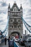 ο γερανός 1894 κάτω από γεφυρών ολοκληρωμένο τον κεφάλαιο της Αγγλίας διάσημο βασίλειων τρύγο όψης του Λονδίνου ενωμένο πύργος ήτ Στοκ Εικόνες