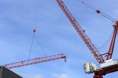 Ο γερανός κατασκευής ανυψώνει τη δομή μετάλλων Στοκ Φωτογραφία