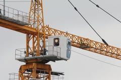 Ο γερανός κατασκευής - κίτρινος πύργος μετάλλων και άσπρη καμπίνα - κλείνει επάνω Στοκ φωτογραφίες με δικαίωμα ελεύθερης χρήσης