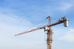 Ο γερανός κατασκευής με το μπλε ουρανό Στοκ εικόνες με δικαίωμα ελεύθερης χρήσης