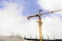 Ο γερανός κατασκευής με το μπλε ουρανό Στοκ Φωτογραφίες