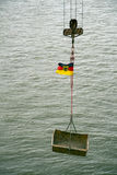 Ο γερανός καλωδίων με τη σημαία της Γερμανίας Στοκ Εικόνες