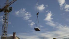 Ο γερανός πύργων ανυψώνει τη τσιμεντένια πλάκα απόθεμα βίντεο