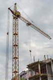 Ο γερανός πύργων πέρα από την οικοδόμηση Στοκ Εικόνα