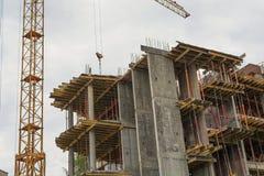 Ο γερανός πύργων πέρα από την οικοδόμηση Στοκ εικόνες με δικαίωμα ελεύθερης χρήσης