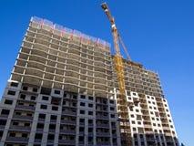Ο γερανός πύργων χρησιμοποιείται για την κατασκευή ενός κατοικημένου σπιτιού Στοκ φωτογραφίες με δικαίωμα ελεύθερης χρήσης