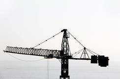 Ο γερανός σε ένα εργοτάξιο οικοδομής, backlight Στοκ Φωτογραφίες