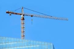 Ο γερανός χτίζει τον ουρανοξύστη Στοκ Εικόνα
