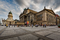 Ο γερμανικοί καθεδρικός ναός και η αίθουσα συναυλιών στην πλατεία Gendarmenmarkt είναι Στοκ Εικόνες