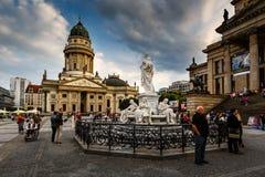 Ο γερμανικοί καθεδρικός ναός και η αίθουσα συναυλιών στην πλατεία Gendarmenmarkt είναι Στοκ Εικόνα