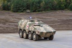 Ο γερμανικός μπόξερ GTK, η έκδοση γιατρών από Kmw και Rheinmetall στέκονται σε μια πλατφόρμα κοντά στο πεδίο μάχη Στοκ Φωτογραφίες