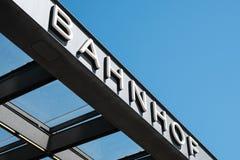 Ο γερμανικός σταθμός λέξης ` Bahnhof ` στο σταθμό τρένου εξωτερικό του Potsdamer Platz στο Βερολίνο στοκ φωτογραφίες