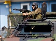Ο γερμανικός στρατιώτης εξασφαλίζει με το πολυβόλο Στοκ Φωτογραφίες