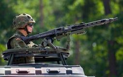 Ο γερμανικός στρατιώτης εξασφαλίζει με το πολυβόλο Στοκ Εικόνες