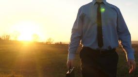 Ο γεωπόνος περπατά πέρα από τον τομέα στις φωτεινές ακτίνες του ήλιου  φιλμ μικρού μήκους