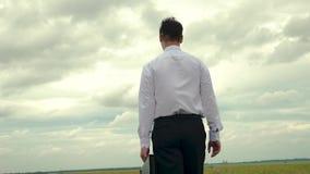 Ο γεωπόνος στο επιχειρησιακό κοστούμι επιθεωρεί την περιοχή για το φυτό του σιταριού Ο επιχειρηματίας στο άσπρο πουκάμισο πηγαίνε φιλμ μικρού μήκους