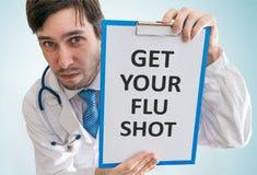Ο γιατρός δίνει τις συμβουλές για να πάρει το εμβόλιο γρίπης σας κορυφαία όψη στοκ εικόνες