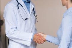 ο γιατρός δίνει το υπομονετικό τίναγμα Στοκ Εικόνα