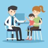Ο γιατρός ακούει το αναπνέοντας παιδί Στοκ Φωτογραφία