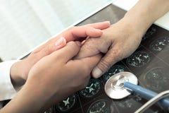 Ο γιατρός αναγγέλλει στην υπομονετική κακή διάγνωση Στοκ εικόνες με δικαίωμα ελεύθερης χρήσης