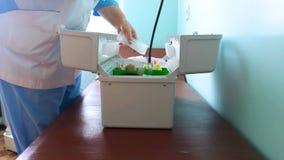Ο γιατρός ασθενοφόρων ανοίγει ένα κιβώτιο φιλμ μικρού μήκους