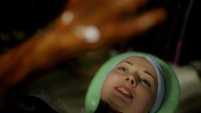 Ο γιατρός βάζει τη θερμή σοκολάτα στο σώμα κοριτσιών ` s για το μασάζ στη SPA απόθεμα βίντεο