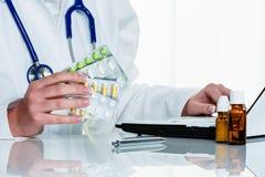 Ο γιατρός γράφει μια συνταγή για τις ταμπλέτες στοκ εικόνα