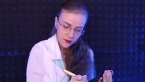 ο γιατρός γράφει σε χαρτί φιλμ μικρού μήκους