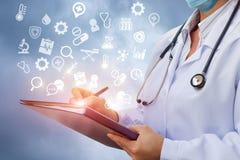 Ο γιατρός γράφει τις πληροφορίες στην ιστορία της ασθένειας Στοκ φωτογραφία με δικαίωμα ελεύθερης χρήσης