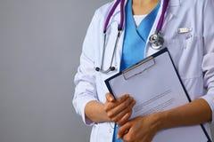 Ο γιατρός γυναικών σε ένα άσπρο παλτό με ένα στηθοσκόπιο που κρατά έναν φάκελλο Στοκ εικόνες με δικαίωμα ελεύθερης χρήσης