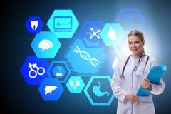 Ο γιατρός γυναικών στη φουτουριστική έννοια τηλεϊατρικής ελεύθερη απεικόνιση δικαιώματος