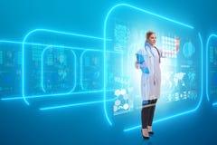 Ο γιατρός γυναικών στη φουτουριστική έννοια τηλεϊατρικής στοκ εικόνες