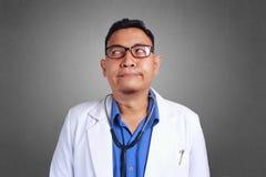 Ο γιατρός είναι απογοητευμένος ή βαριεστημένος στοκ εικόνες με δικαίωμα ελεύθερης χρήσης