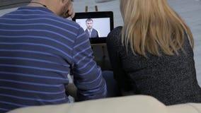 Ο γιατρός εκθέτει τα αποτελέσματα της ιατρικής εξέτασης από την τηλεοπτική συνομιλία με ένα παντρεμένο ζευγάρι σε απευθείας σύνδε απόθεμα βίντεο