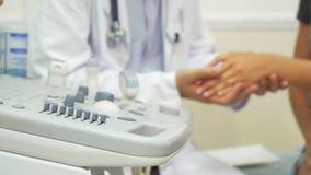 Ο γιατρός ελέγχει επάνω τον ασθενή του στοκ φωτογραφίες