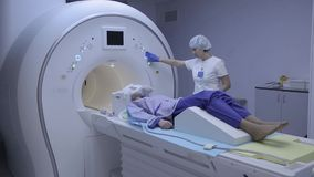 Ο γιατρός εξετάζει την υπομονετική υγεία ` s με την απεικόνιση μαγνητικής αντήχησης απόθεμα βίντεο