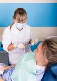 Ο γιατρός εξετάζει τη στοματική κοιλότητα στην αποσύνθεση δοντιών Στοκ φωτογραφίες με δικαίωμα ελεύθερης χρήσης