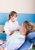 Ο γιατρός εξετάζει τη στοματική κοιλότητα στην αποσύνθεση δοντιών Στοκ Εικόνες