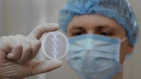 Ο γιατρός εξετάζει το ολόγραμμα με το DNA φιλμ μικρού μήκους