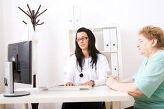 ο γιατρός επιθεωρεί τις υπομονετικές νεολαίες Στοκ εικόνα με δικαίωμα ελεύθερης χρήσης