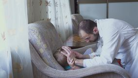 Ο γιατρός επισκέπτεται ένα άρρωστο παιδί στο σπίτι Επιθεωρημένος λαιμός, επώδυνος λαιμός απόθεμα βίντεο
