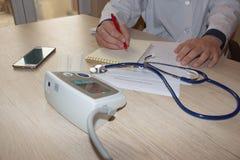 Ο γιατρός διορίζει τις ιατρικές συνταγές στους ασθενείς στοκ εικόνα