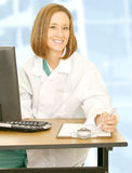 ο γιατρός κάθεται τη χαμογελώντας γυναίκα Στοκ Φωτογραφίες