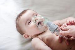Ο γιατρός κάνει την εισπνοή τους αρρώστους λίγο μωρό Στοκ Φωτογραφίες
