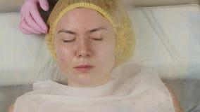 Ο γιατρός καθαρίζει το δέρμα της γυναίκας με έναν ατμό νέα γυναίκα με το δέρμα προβλήματος στο beautician Cosmetology έννοια 4K απόθεμα βίντεο