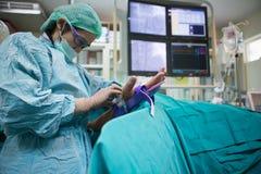 Ο γιατρός και το προσωπικό μεταχειρίζονται με την αγγειογραφία Στοκ φωτογραφίες με δικαίωμα ελεύθερης χρήσης