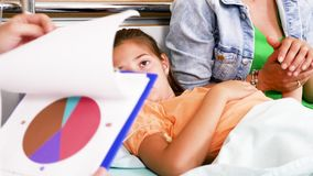 Ο γιατρός κοιτάζει στις υπομονετικές έρευνες περιοχών αποκομμάτων απόθεμα βίντεο