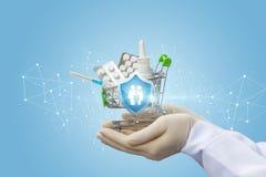 Ο γιατρός κρατά τα φάρμακα για την οικογενειακή προστασία στοκ φωτογραφία με δικαίωμα ελεύθερης χρήσης