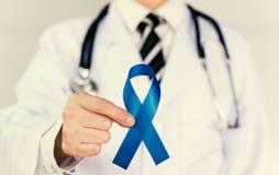 Ο γιατρός κρατά την μπλε κορδέλλα Στοκ Εικόνες